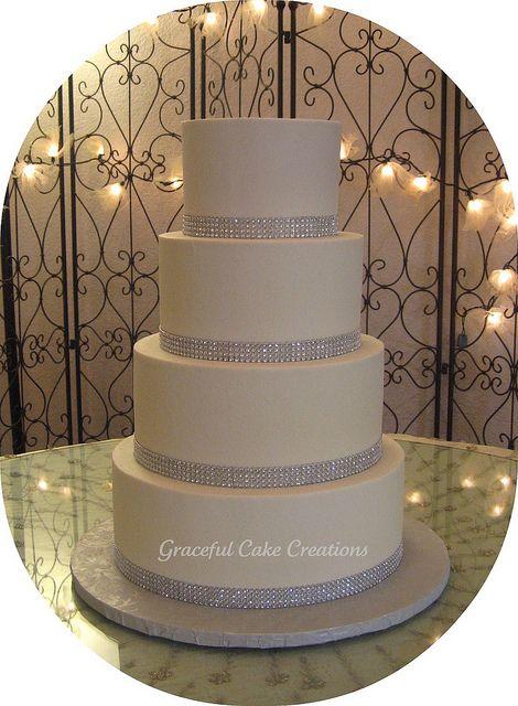 Torta de boda de color blanco decorada con malla de imitación de diamantes.