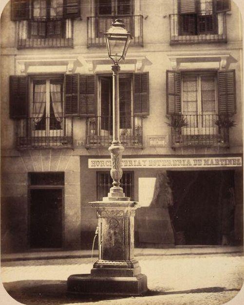 1864. Antes de la Gran Vía. Fuente vecinal en la calle del Caballero de Gracia. Fotografía de Begué. | Flickr: Intercambio de fotos