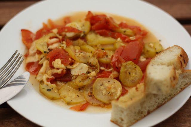 U nás na kopečku: Zapečená cuketa s rajčaty a bylinkami....