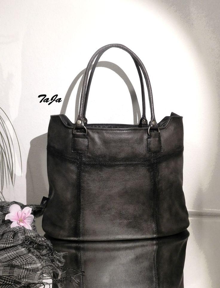 Mancora+-+větší+rozměr+Elegantní,+praktická,+objemná+kabelka+či+taška,+s+rozšířeným+dnem+v+pravé+luxusní+výběrové+kůži,+ručně+tónované,+v+barvě+šedo-černé,....prostorná,+vhodná+do+zaměstnání,+pro+každodenní+nošení,+do+školy+či+jako+menší+cestovní+taška,+na+knihy,+notebook,+sešity,+pohodlně+se+vejde+formát+A4.++Taška+má+celozipové+zapínání...