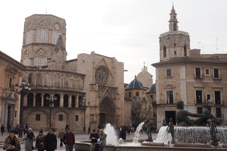 Plaza de la Virgen, widok na fontannę i katedrę Santa Maria w Walencji