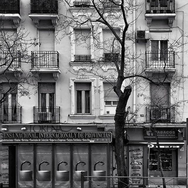 Fachadas.... #madrid #places#lugares #people#gente#urbanscenes#escenasurbanas #monocromo #igersmadrid_bn @huaweimobileesp #winter #invierno #window #ventana #building #edificio #architecture