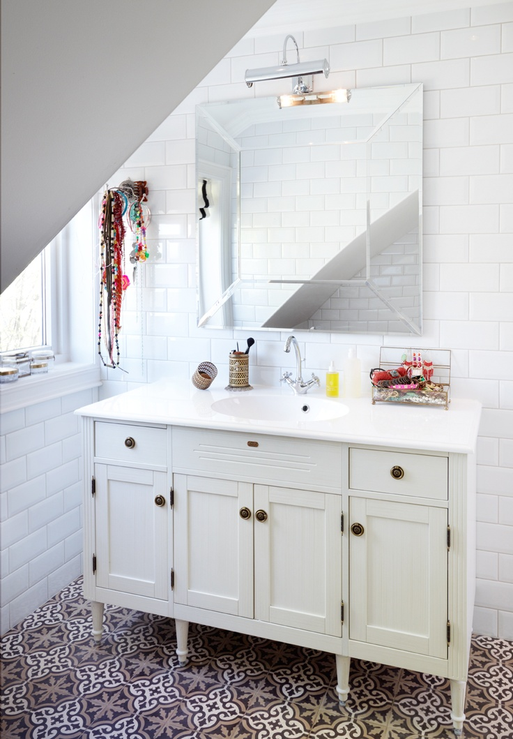 Attic bathroom : Laura Ashley mirror, Vedum console and moroccan tiles from Marrakesh Design.