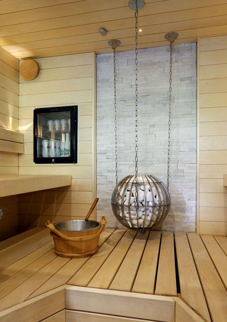 Oma sauna vanhassa kerrostaloasunnossa on ylellisyyttä. Täällä se onnistui, kun sille löytyi sopiva tila ja viranomaiset hyväksyivät muutoksen. Kiuas on Harvian Globe ja sen taustaseinä on Laattatukun Brick Soft White -laattaa. Lauteet ovat haapaa, samoin seinäpaneeli, ne ovat Suomen Tervaleppä Oy:stä. Seinään upotettu baarikaappi pitää saunajuomat kylmänä. Lasten mielestä on jännittävää nauttia pillimehut saunan lauteilla.