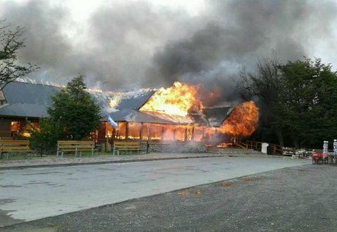 El snack bar del Glaciar Perito Moreno en llamas. No hubo heridos pero sí pérdidas fatales.