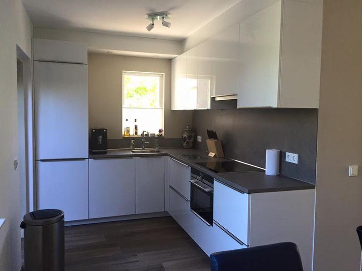 Prachtig moderne hooglans witte keuken voorzien van siemens apparatuur inductieplaat - Witte keuken voorzien van gelakt ...