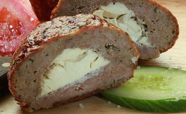Λαχταριστά, αφράτα και πεντανόστιμα μπιφτέκια γεμιστά με μαλακό τυρί. Απολαύστε τα ζεστά από το φούρνο με μια μεγάλη πράσινη σαλάτα και προαιρετικά συνοδέψ