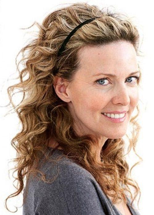 curly-hairstyles-for-medium-length-with headband-.jpg (500×698)