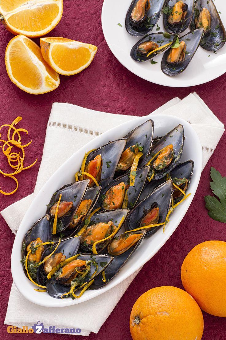 Le cozze all'arancia e zenzero (orange and ginger mussels) sono un secondo piatto delicato e saporito, dalla preparazione assai semplice e veloce, perfetto per il pranzo di #Natale! #ricetta #GialloZafferano #Christmas http://speciali.giallozafferano.it/natale