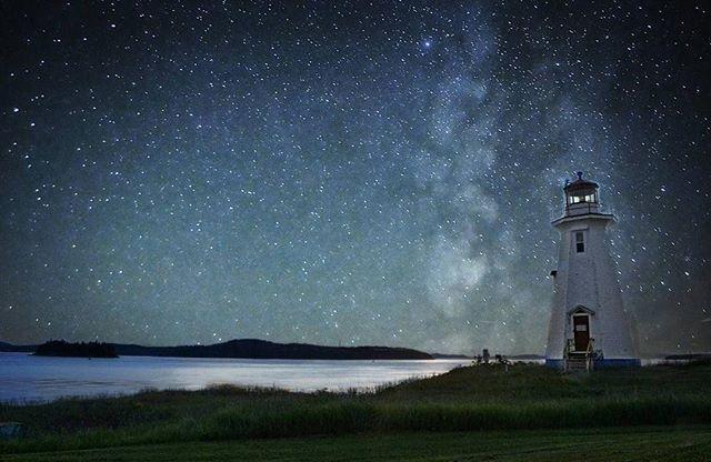 « Les étoiles sont éclairées pour que chacun puisse un jour retrouver la sienne. » - A. de Saint-Exupéry (Le petit prince) / Photo : @jeffclementino - Instagramg