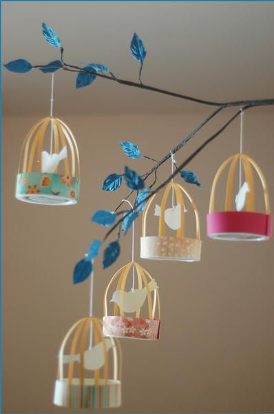 1 couvercle de bocal pour la base + du papier de couleur pour le recouvrir et pour les barreaux +, de la ficelle + 1 attache parisienne et du scotch = de ravissantes cages à oiseaux de papier / DIY bird cage lanterns