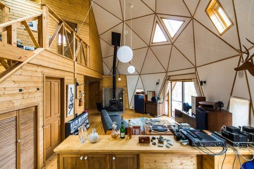 典型的な家は直角の角が少なくとも4つあるが、雑誌や広告の世界で活躍するフォトグラファー「蓮井幹生」氏の自宅は、モザイク状の三角形のパネルを張り合わせた心安らぐジオメタリックなドーム型で、時代を忘れさせ