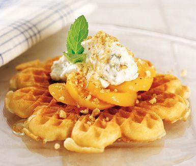 Frasiga våfflor med en topping av persika och ricottaost, krispigt och mjukt på samma gång. De söta persikorna  och ricottaosten, som du smaksatt med honung och citron kompletterar varandra väl på den frasiga våfflan.