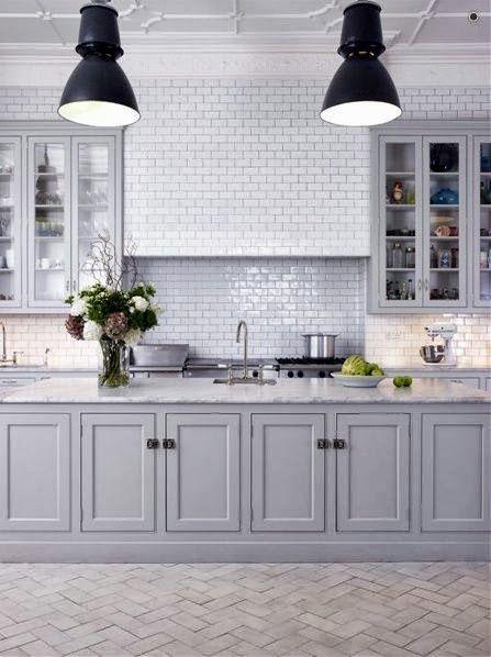 Fasat kakel gråa luckor carrara bänkskiva. Grey kitchen