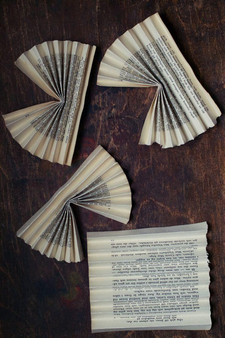 Om man vill tillverkanytt julpynt som ändå ser lite gammaldags ut, kan man använda sig av gamla böcker eller notblad som material. I det härjulpysslet har jag tagitsidor ur en äldre bok och vikt till en dekorativ stjärna.