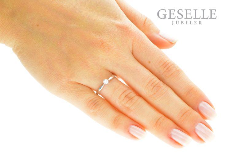 Uroczy pierścionek zaręczynowy z białego złota z brylantem 0,14 ct - GRAWER W PREZENCIE | PIERŚCIONKI ZARĘCZYNOWE \ Brylant \ Białe złoto od GESELLE Jubiler