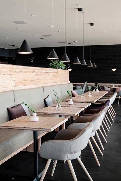 Horeca tafeltjes met rustiek eiken en een centrale stalen poot. Wil je dit graag in je horeca interieur? Geen probleem bij ons! #horeca #eiken #industrieel #natuur #natuurlijk #industrial #inspiratie #woontrends #minimalistisch #zwartwitwonen