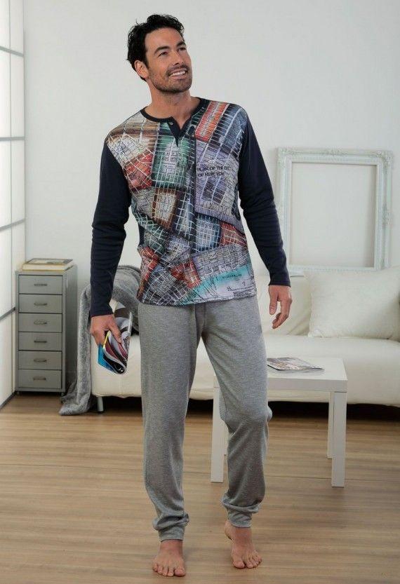Pijama largo de punto. La camiseta de color azul marino tiene cuello panadero con estampado delantero. El pantalón, ajustado en los tobillos, es de color gris claro y tiene la cintura elástica.