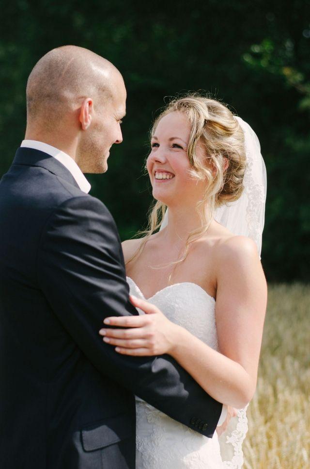 Leuk idee voor de trouwfoto's; in het veld! #bruidspaar #bruiloft #trouwen #vintage #blauw #romantisch #inspiratie #real #wedding #inspiration Trouwen in Uithuizen en Loppersum | ThePerfectWedding.nl | Fotocredit: Anouk Wubs  Photography