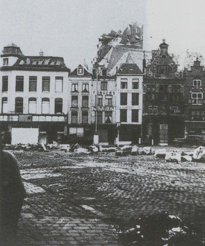 Grote Markt en ingestorte Stevenskerk, 1944