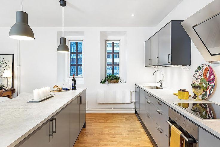 Smakfullt renoverat kök med skåpsinredning i trendigt grått signerat Ballingslöv. LOCATION: Bostadsrätt i Göteborg