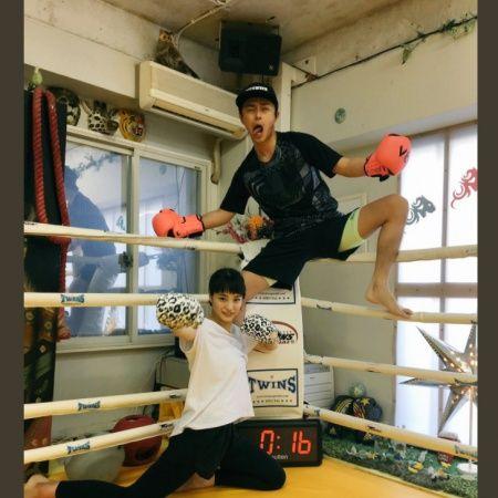 【広瀬すず/モデルプレス=7月22日】俳優の勝地涼が21日付のTwitterにて、事務所の後輩である女優でモデルの広瀬すずとキックボクシングに行ったことを明かした。