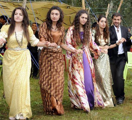 Kurdish traditional clothes for women / Traditionelle kurdische Kleidung für Frauen