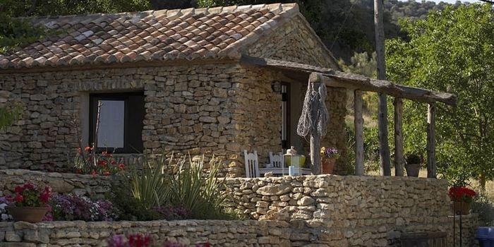 FINCA NARANJA - Ronda la Vieja :: Rustieke bed and breakfast met vier cottage suites op een landgoed in de vallei van Ronda la Vieja. De huisjes liggen verspreid over het landgoed, hebben veel privacy en zijn omringd met terrassen, tuinen en een boomgaard. De sfeer is landelijk en authentiek. De inrichting van de suites is modern met een mix van Spaanse, Nederlandse en Balinese details. Het zwembad is heerlijk! www.escapada.eu/finca-naranja