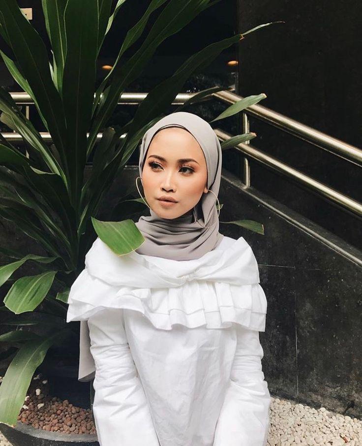 Hijab + White Ruffles + Love this Hijab Style (sofiaarissa.a)