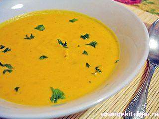 Вегетарианский рецепт тыквенного супа-пюре1 кг. мякоти тыквы; 1 луковица; 1 морковь; 300 мл. воды или овощного бульона; 4 ст.л. сметаны; 2 ст.л. оливкового масла; 2 ст.л. томатной пасты; 1 ч.л. порошка карри; черный молотый перец, соль по вкусу.