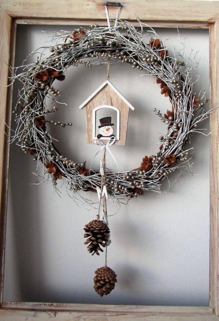 XMAS+-+věnec+-+věneček+proutěný,+doplněný+bílými+větvičkami+břízy,+bukvicemi,+bobulemi+canella+v+champagne+barvě+-+uprostřed+s+domečkem+se+sněhuláčkem,+z+něj+visí+dvě+šišky+a+čtyři+dřevěná+písmena+:+X+M+A+S+(Christmas)+-+věnec+je+v+průměru+cca+38+cm+velký,+na+délku+má+celá+dekorace+včetně+závěsu+60+cm