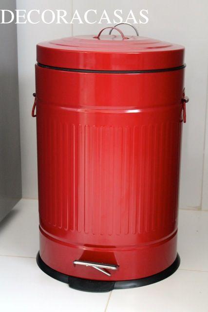 """Lixeira vermelha com estilo """"antigo"""": um acessório bacana para a casa que empresta estilo para qualquer decoração."""