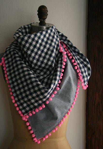 une écharpe avec des pompons rouges