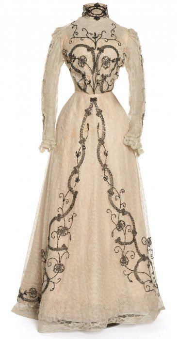 Dress (front) worn by Cleo de Merode, designed by Gravelle, Paris, 1900-1902. Taffeta, chiffon, lace, embroidery with sequins.