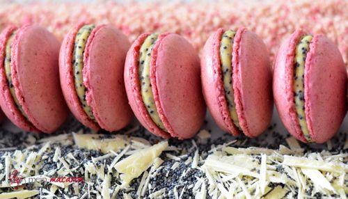 Himbeer-Macarons mit Mohnfüllung.