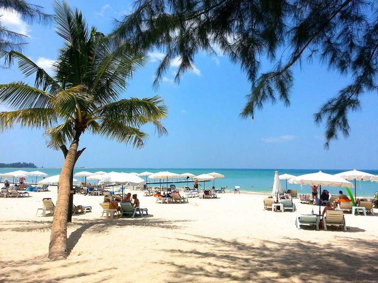 """Nova godina na Tajlandu (iako je ispravno reći u Tajlandu) se zove Songkran ili u bukvalnom prevodu """"astrološki prolaz"""". Novogodišnje putovanje u ovu daleku destinaciju je odličan izbor, jer je u vreme Nove godine sezona monsuna prošla i kupanje je zagarantovano.  Tajlandska Nova godina, pomenuti Songkran, se ne poklapa sa njenom zapadnom verzijom. Tajlanđani je slave od 13. do 15. aprila u formi festivala. Karakteriše ga polivanje vodom kako bi se isprali zli duhovi."""