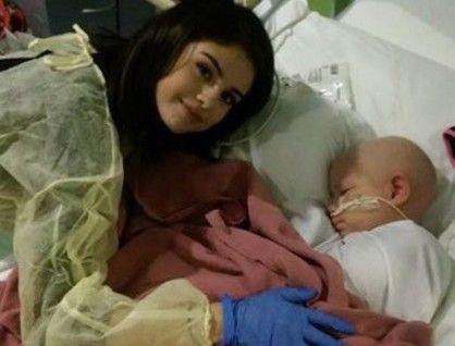 Selena Gomez le dio una sorpresa a niños enfermos Para alegrar la Navidad de muchos pacientes, apareció en un hospital de Texas. Fuente ... http://sientemendoza.com/2016/12/28/selena-gomez-le-dio-una-sorpresa-a-ninos-enfermos-3/