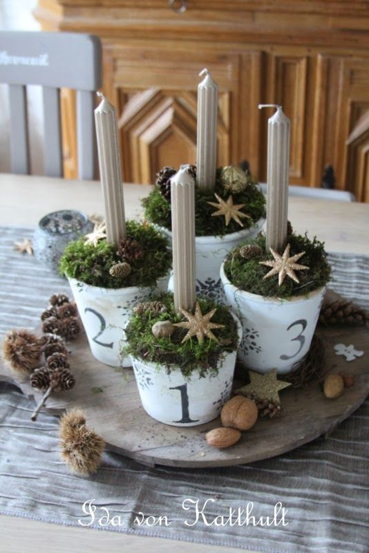 Advent Display - info on how this display was created using painted flower pots and natural materials - via Ida von Katthult - Adventskranz mit Moos