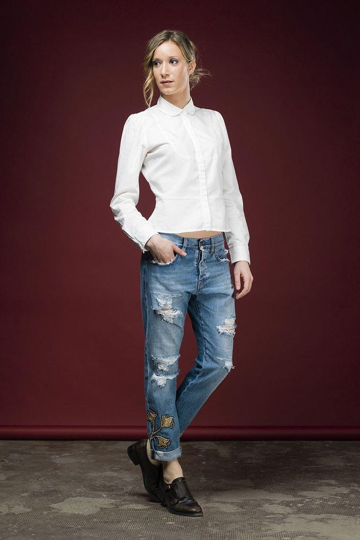 Monica è un jeans slouchy 5 tasche lunghezza caviglia presentato in un lavaggio vintage chiaro. La tela denim è stata lavorata con fresature, rotture, topp