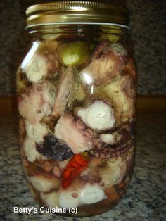 Από τους ωραιότερους ουζομεζέδες! Για ένα μεγάλο βάζο: Ένα μέτριο χταπόδι Ελαιόλαδο Ξύδι λευκό Αλάτι χοντρό Πιπέρια χρωματιστά σε κόκκο...