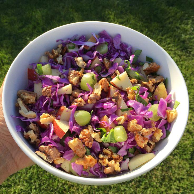 Lilla spidskålssalat   Spidskål  Spinat  Æble Vindruer Ristede valnødder (kan evt ristes i honning)