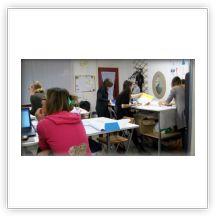 Ragazze che lavorano nella scuola di Moda Burgo di Ferrara