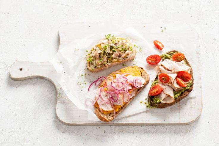 Ambachtelijk brood met natuurlijke ingrediënten. De pure smaak van houmous past daar perfect bij - Recept - Rogge met houmous & gerookte kip - Allerhande