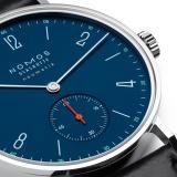 Tangente neomatik nachtblau Saphirglasboden   Wunderschöne NOMOS Uhren online kaufen. Direkt aus Glashütte.