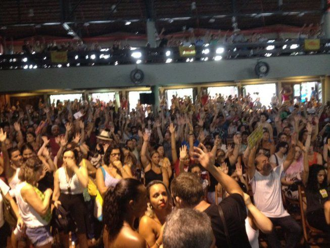 | paralisação no dia 15 contra Marchezan e Temer | Os servidores municipais de Porto Alegre se reuniram hoje em uma assembleia que lotou a casa do gaúcho e aprovaram, entre outras medidas, a paralisação no dia 15 de março contra os ataques de Marchezan e Temer.