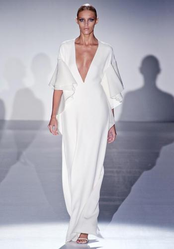 L'abito lungo più semplice che ci sia: super scollato a V, dall'aria retrò anni Settanta.    Gucci, sfilata primavera-estate 2013