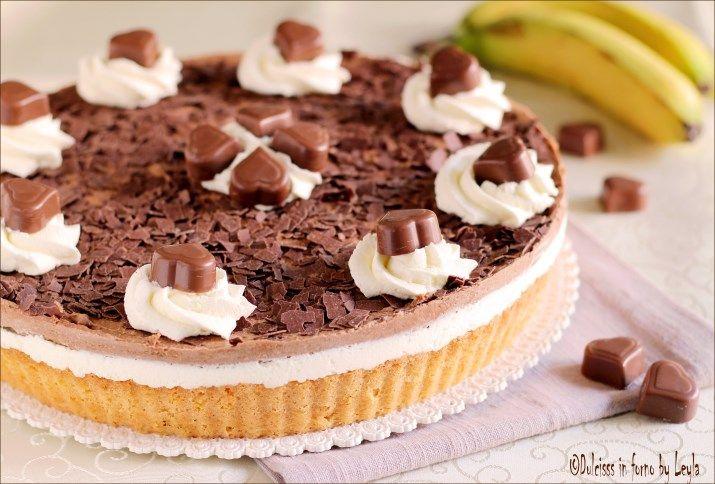 Torta con banane e cioccolato a strati golosissima: base morbida e bassa, strato di banane, strato di panna e uno strato di crema al cioccolato.