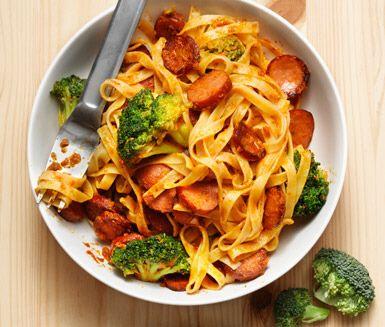 Recept: Tagliatelle med chorizo, broccoli och röd pesto