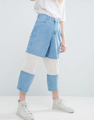 ASOS WHITE – Jeans in hellblauer Waschung mit Häkelspitzeneinsatz