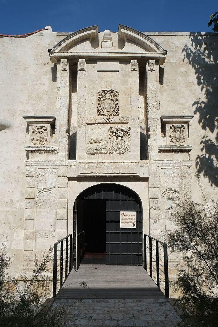 La Porte Maubec. La porte Maubec correspond à la période de construction protestante (entre 1590 et 1610) et a été achevée au début du XVIIè siècle. Elle survit aux destructions suivant le siège de 1627-1628 et à l' édification d'une nouvelle enceinte à partir de 1689. Au cours du XVIIIè siècle, elle est utilisée à des fins privées, avant de servir d' entrepôt pour l' hôpital Saint-Louis au XIXè siècle